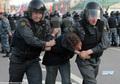 Удушающий прием при задержании сотрудниками 2-го оперполка на Болотной 6 мая. Фото Евгении Михеевой/Грани.ру