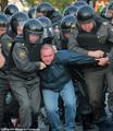 6 мая на Болотной сотрудники 2-го оперполка проводят задержания. Фото Евгении Михеевой/Грани.ру