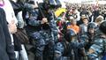 Цепочка ОМОНа выскакивает из сквера для рассечения толпы