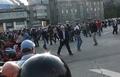 Артем Савелов. Падает под напором толпы. Кадр видео