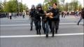 Артем Савелов. Первые заметные на видео кадры задержания. Его задерживают сотрудники ОМОН в голубой форме. Кадр видео