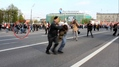 Артем Савелов. Ведущие его омоновцы выкручивают руки, он падает на колени. Кадр видео