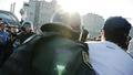 """Полицейский Антонов замахивается дубинкой. Кадр видеозаписи """"184 задержания"""" из """"Болотного дела"""""""