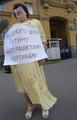 Валерия Новодворская на пикете против встречи в Любляне президентов России и Америки, организованного у здания американского посольства. 18 июня 2001 года. Фото: Валерий Мельников/Коммерсантъ